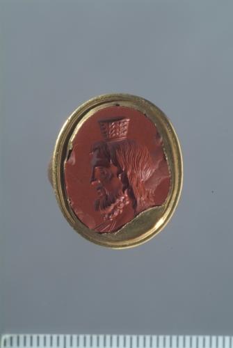 anello in oro con gemma / busto di Serapide / XVI-XVII secolo