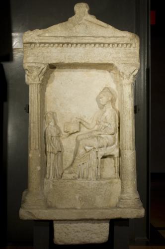 rilievo / figura femminile seduta rivolta verso sinistra e (a sinistra) un'ancella che regge un cofanetto / sec. II a.C. (?)