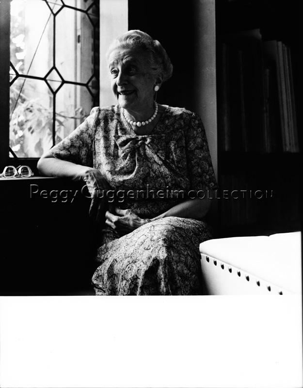 Un'amica di Peggy Guggenheim nella biblioteca di Palazzo Venier dei Leoni seduta vicino alla finestra. Anni '50. / positivo / Beny, Roloff; / 1950 ( post )