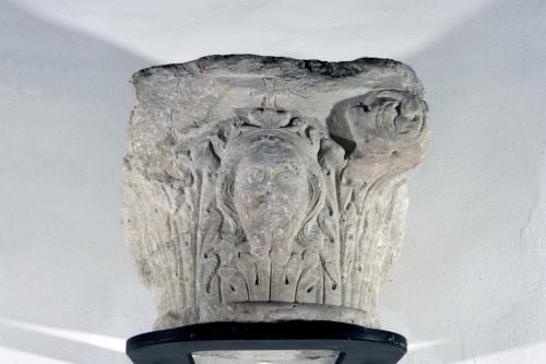capitello / volti maschili col capo diademato e croce soprastante