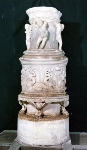 acquasantiera/base / delfini / secc. XV-XVI d.C.